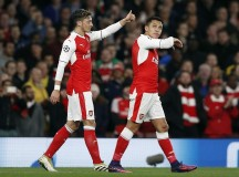 Arsenal lên ngôi đầu ở Champions League, Oezil lập hat-trick