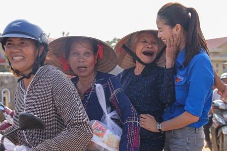"""Phạm Hương truyền cảm hứng """"thanh niên tình nguyện"""" cùng đồng bào miền Trung - Ảnh 14"""