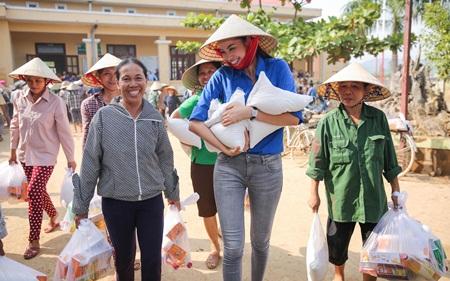 """Phạm Hương truyền cảm hứng """"thanh niên tình nguyện"""" cùng đồng bào miền Trung - Ảnh 5"""