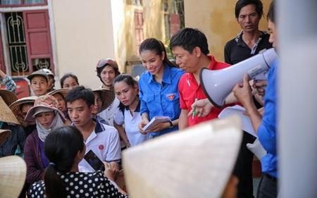 """Phạm Hương truyền cảm hứng """"thanh niên tình nguyện"""" cùng đồng bào miền Trung - Ảnh 6"""