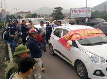 Phản đối POT, người dân lại mang ô tô chặn cầu Bến Thủy 1