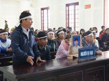 Người nhà nạn nhân trắng khăn tang dự tòa