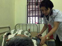 Xúc động chuyện nữ điều dưỡng Công an chăm sóc phạm nhân nhiễm HIV