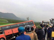Tai nạn liên hoàn, xe khách chở 20 người lật nghiêng bên đường