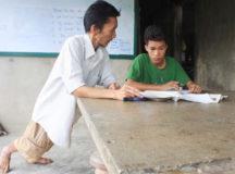 Người thầy co rút chân tay 30 năm dạy miễn phí cho học trò nghèo