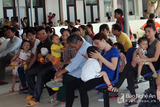 Nắng nóng trong 3 ngày qua đã khiến nhiều trẻ phải nhập viện điều trị. Ảnh: Thành Chung