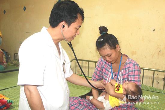 Bác sĩ Bùi Anh Sơn - Trưởng khoa Hô Hấp cho biết: Có rất nhiều trẻ bị bệnh đang điều trị ở Khoa có liên quan đến việc sử dụng điều hòa.