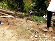 Xe tải chở máy xúc mất lái lao xuống vực, 3 người thương vong