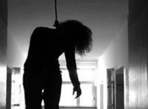 Hoảng hồn phát hiện người phụ nữ treo cổ trong vườn nhà