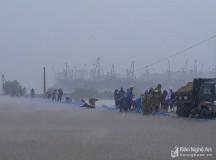 Cả ngàn người hộ đê trong bão ở Nghệ An