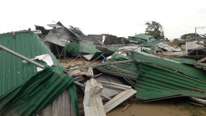 Bão số 10 quật đổ nhiều ki ốt, hàng quán kinh doanh ven biển.