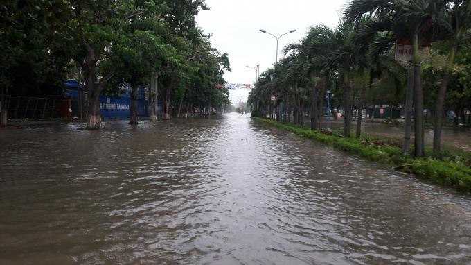 Nhiều tuyến đường ở thị xã Cửa lò bị ngập sâu do bão.