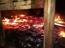 Hai mẹ con nguy kịch, nhà cháy rụi vì lấy nhầm can xăng thắp đèn