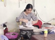 'Hot girl tráng bánh' xứ Nghệ bỗng nổi tiếng vì xinh đẹp