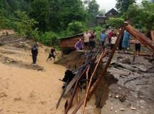 Nước lũ tràn về, nhiều huyện của Nghệ An bị cô lập